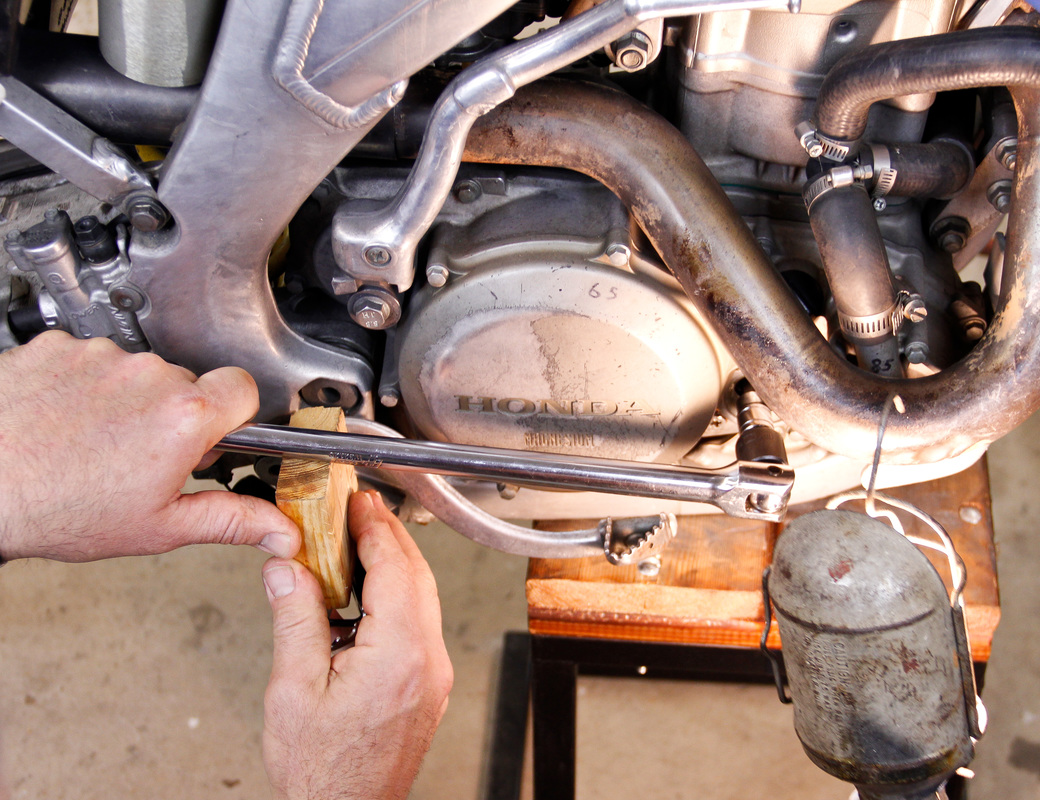 How to perform a one person leak down test on a dirt bike engine